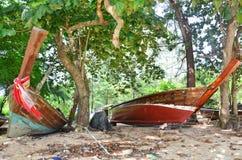 Reparatie Oude Vissersboot bij Rawai-Strand van Phuket Thailand Stock Afbeeldingen