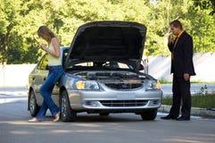 Reparatie van de gebroken auto Stock Fotografie