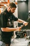 Reparatie van de motorfiets de mechanische motor bij benzinestation stock fotografie