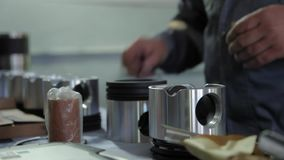 Reparatie van de ringenvrachtwagens van motorzuigers stock footage