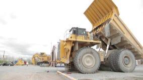 Reparatie van de zware open kuil van de stortplaatsvrachtwagen stock video