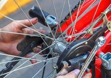 Reparatie van een fiets Stock Fotografie