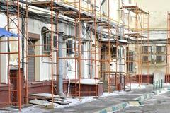Reparatie van een woningbouwsteiger op de achtergrond van talrijke mededelingen in het huis in de winter geen lichaam royalty-vrije stock fotografie