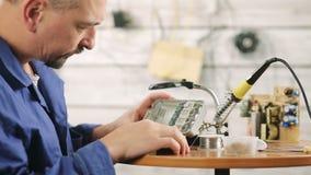 Reparatie van elektromateriaal stock videobeelden