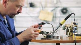 Reparatie van elektromateriaal stock video