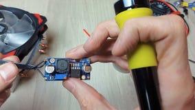 Reparatie van elektronische apparaten, tin solderende delen stock videobeelden