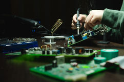 Reparatie van elektronische apparaten, tin solderende delen royalty-vrije stock fotografie