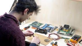 Reparatie van elektronische apparaten stock video