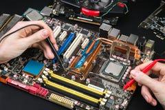 Reparatie van gebroken motherboard stock fotografie