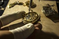 Reparatie van mechanische horloges stock afbeelding