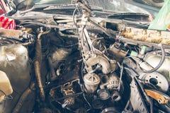 Reparatie van oude auto in de garage Stock Fotografie