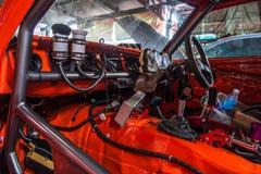 Reparatie van oude auto in de garage Stock Foto