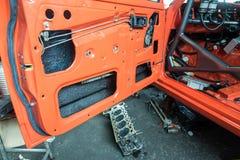 Reparatie van oude auto in de garage Stock Foto's