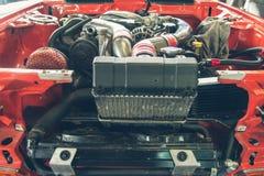 Reparatie van oude auto in de garage Stock Afbeelding