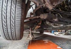 Reparatie van oude auto in de garage Royalty-vrije Stock Afbeelding
