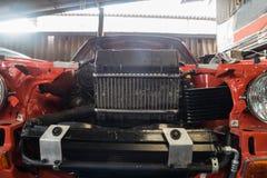 Reparatie van oude auto in de garage Royalty-vrije Stock Foto's