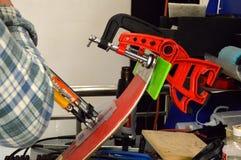 reparatie van ski en snowboard Stock Afbeelding