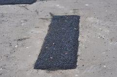 Reparatiebestrating en het leggen van nieuw asfalt stock fotografie