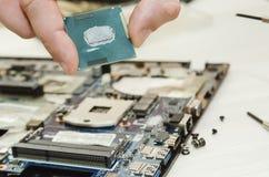 Reparatielaptops, close-up van handen en ontmantelde oude computer stock afbeeldingen