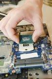 Reparatielaptops, close-up van handen en ontmantelde oude computer stock foto's