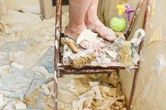 Reparaties in de flat Stock Foto