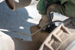Reparation av bilupphängningen behandskad hand Utbytning av stötdämparestöttan arkivfoton