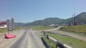 Reparation av bron över bergfloden Chuysky lager videofilmer