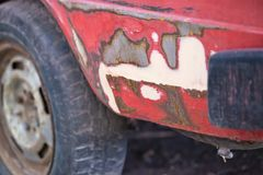 Reparation av den gamla bilen: abc-bok spackel Arkivfoton