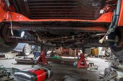 Reparation av den gamla bilen i garaget Fotografering för Bildbyråer
