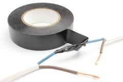 Reparation av elektrisk kabel genom att använda isolera bandet. Isolerat på vit Arkivbilder