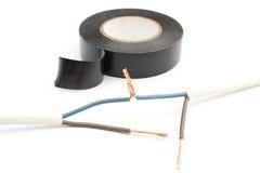 Reparation av elektrisk kabel genom att använda isolera bandet.  på vit Royaltyfria Foton