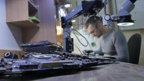 Reparation av elektronik i servicen Reparera en bruten anteckningsbok i seminariet arkivfilmer