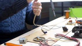 Reparation av elektroniska apparater, tenn som löder delar lager videofilmer
