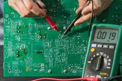 Reparation av en reserv- strömförsörjning i den tjänste- mitten royaltyfri fotografi
