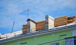 Reparation av ett tak av ett hus Bräden på ett tak Royaltyfri Bild