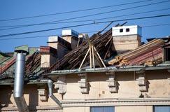 Reparation av ett tak på stadsbyggnaden. Slut upp i en solig dag Royaltyfri Fotografi