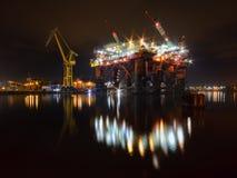 Reparation av oljeplattformen i skeppsvarven Arkivbild
