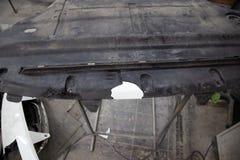 Reparation av plast- klippning för bilkropp, genom att limma och att löda ett brutet royaltyfria bilder