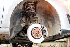 Reparation av stötdämparen av bilen, en dämpa flytande som ut läckas royaltyfri bild