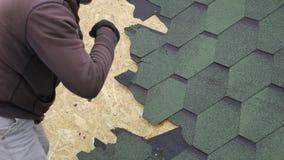 Reparation av taket av en bostads- byggnad Demontering av den mjuka tegelplattan arkivfilmer
