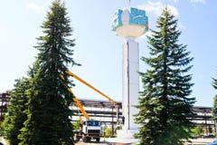 Reparation av tornklockan Arbetare på kranreparationsklocka-kolonnen, klockan på tornet, målarfärg, uppdatering, utför kosmetiska arkivfoton