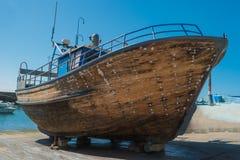 Reparation av träfartyg i torr-skeppsdocka Fartyg lyfts och att vänta royaltyfri foto