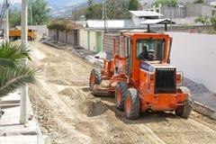 Reparation av vägar längs sol- Museo, San Antonio, Mitad del Mundo, Quito Transport arbetar, en traktor, tungt maskineri 04 09 20 arkivfoton
