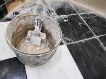 Reparation - byggnad med hjälpmedel ösregnar med spackel och spatlar arkivbilder