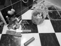 Reparation - byggnad med hjälpmedel bultar, släggan, plattång och tangenter royaltyfri fotografi