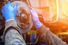 Reparation för auto mekaniker royaltyfri bild