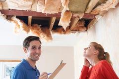 Reparation för byggmästareAnd Customer Discussing tak Royaltyfria Foton