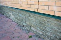 Reparation för skada för husfundamentvägg Reparationen skadade fundamentet, fundamentsprickor arkivfoton