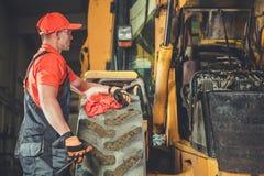 Reparation för traktorDozermotor arkivbilder