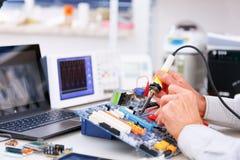 Reparation och justering av den elektroniska apparaten Arkivbild
